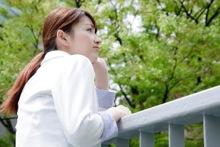 ストレスを感じる女性のイメージ